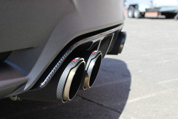 Akrapovic Endschalldämpfer Slip-On mit Carbon Endrohre passend für BMW M4 F82 F83 M3 F80 inkl. Montage